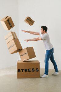 Mann stößt Kartons von sich weg